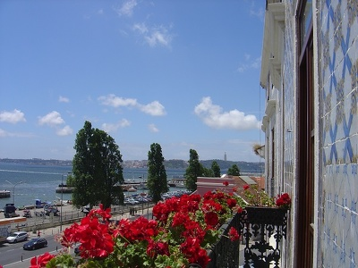 Send you a postal from Lisbon with an original poem in English or Portuguese