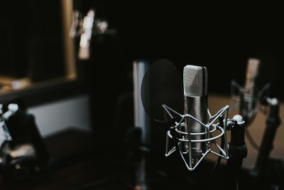 Record a professional Portuguese (European accent) Male voiceover / voice over track