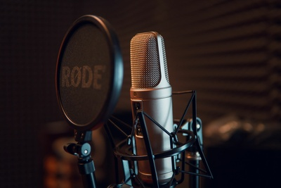 Record a Latin American Spanish voice over 200 words